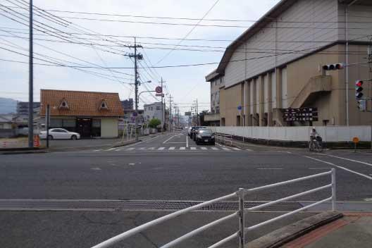 リーブ21さんや総社西中学校さん前の交差点を南へ直進します。
