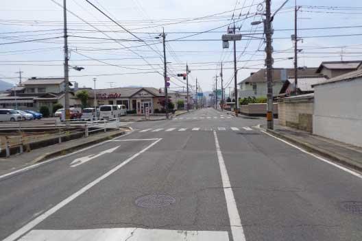 8番らーめんさんのある交差点を右折すると、すぐ右手に当院が見えてきます。