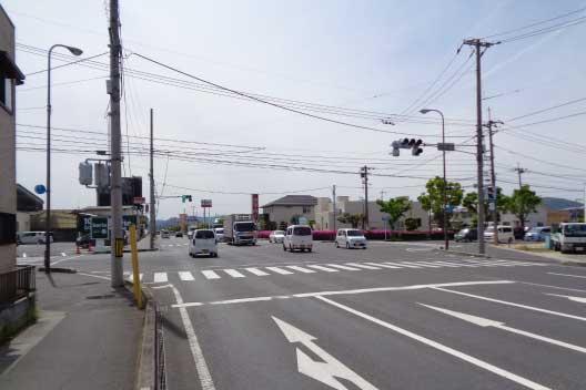 100円ショップセリアさんが見える交差点を西へ直進します。