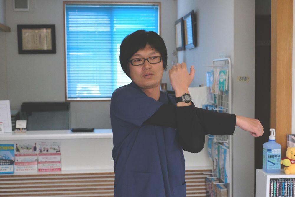腕を伸ばすときは、体を回さないように。